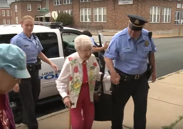 Une mamie de 102 ans arrêtée pour… réaliser son rêve