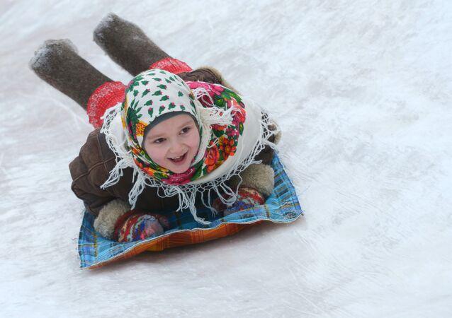 Une fillette sur un toboggan