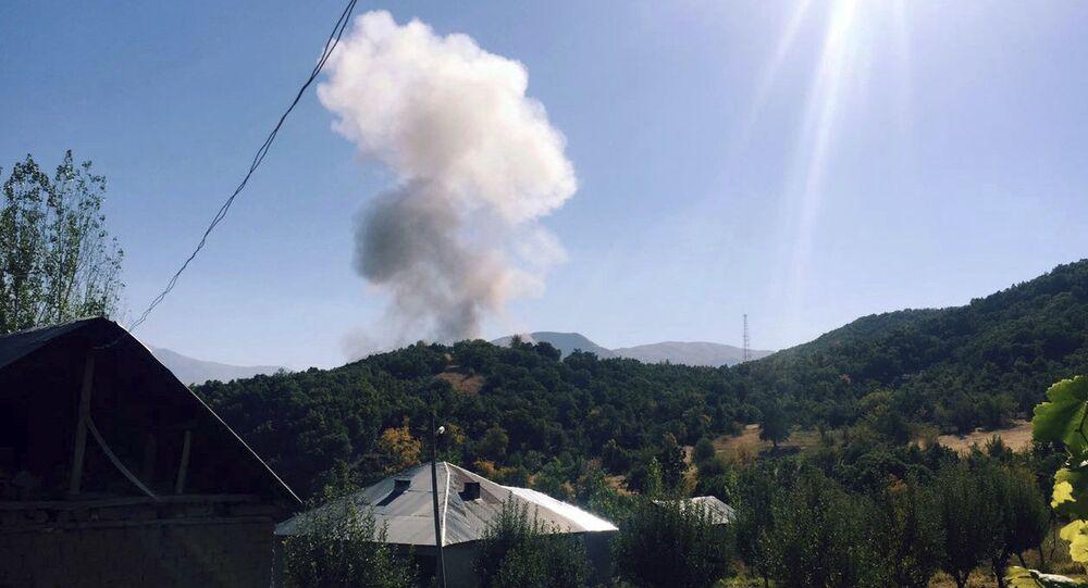 La fumée à Semdinli, en Turquie, après l'explosion d'une voiture piégée