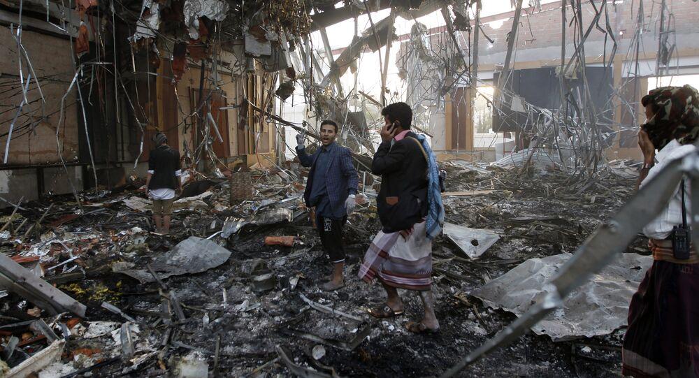Les sauveteurs recherchent les survivants d'un raid aérien à Sanaa