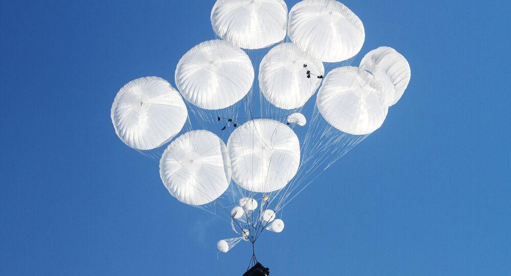 Un véhicule blindé parachuté lors des exercices