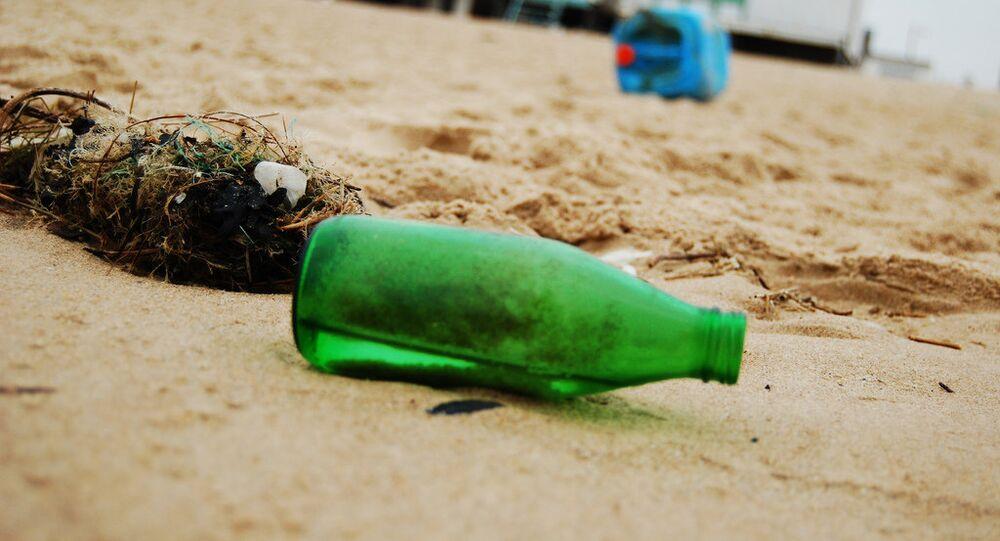 une bouteille sur la plage