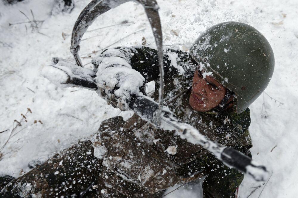 Un combattant lors du parcours d'obstacles