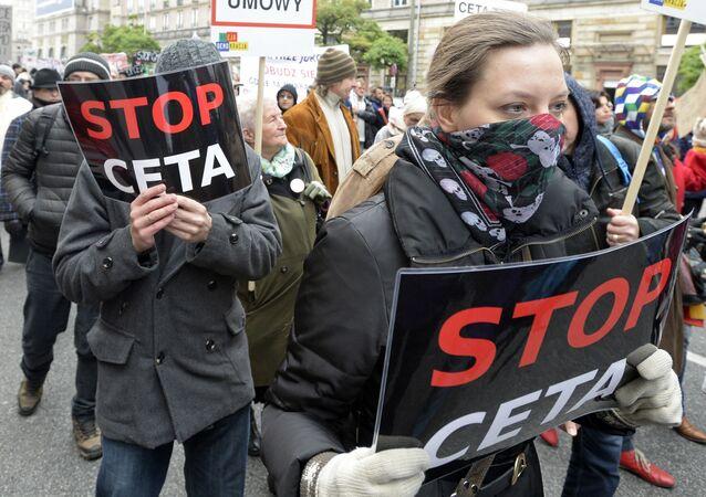 Une action de protestation contre le TTIP rassemble plus de 7 000 personnes