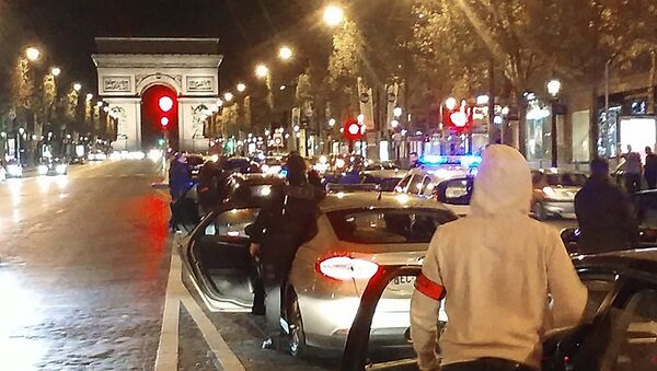 Around 500 police officers in plain clothes take part in a protest on the Champs-Elysees avenue overnight on October 18, 2016 in Paris, after four officers were injured when a group of youths swarmed their cars on October 8 in Viry-Chatillon and lobbed Molotov cocktails at them. - Sputnik France