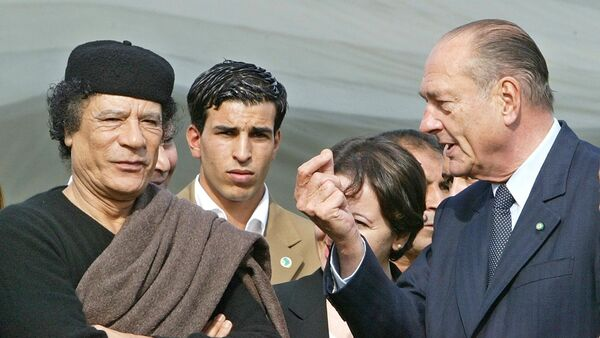 Libyan leader Moamer Kadhafi (L) listens to French President Jacques Chirac during the signature ceremony of a business agreement at the former Presidential Palace in Tripoli in Tripoli 25 November 2004. - Sputnik France