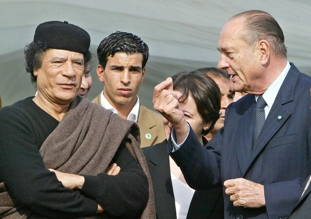 Libyan leader Moamer Kadhafi (L) listens to French President Jacques Chirac during the signature ceremony of a business agreement at the former Presidential Palace in Tripoli in Tripoli 25 November 2004.