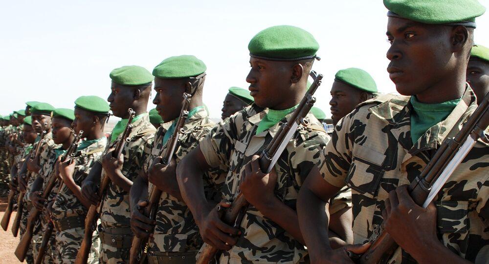 Militaires maliens armés de fusils de conception soviétique SKS