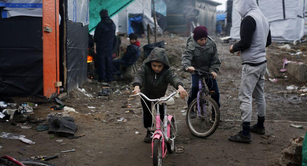 Les enfants afghans près du camp de Calais