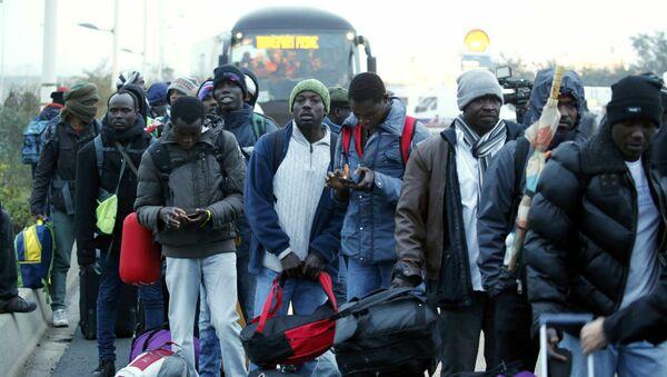 Les migrants quittent la Jungle de Calais - Sputnik France
