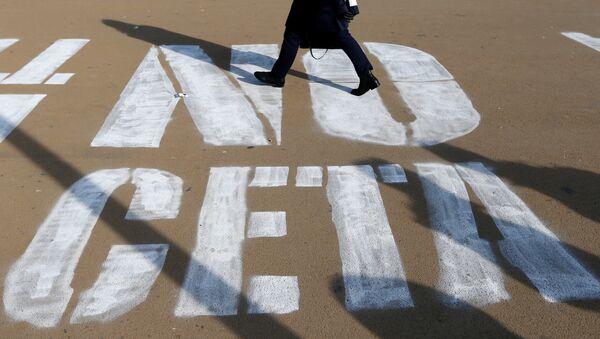 A woman walks on a graffiti reading NO CETA in Brussels - Sputnik France