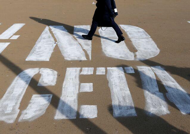 Un graffiti disant «Non au CETA»