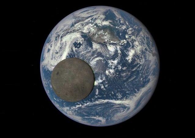 La Lune passe devant la Terre