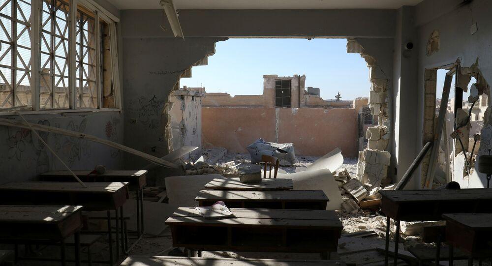 Une salle de classe endommagée lors des tirs d'extrémistes à Hass, dans la province syrienne d'Idlib