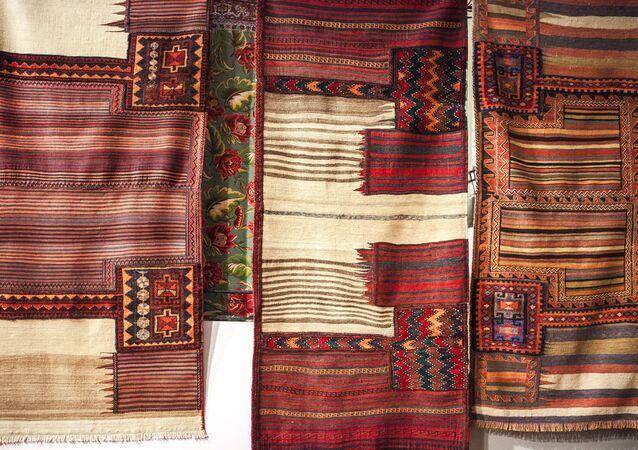 Il redonne vie à de vieux tapis persans en y faisant pousser de l'herbe
