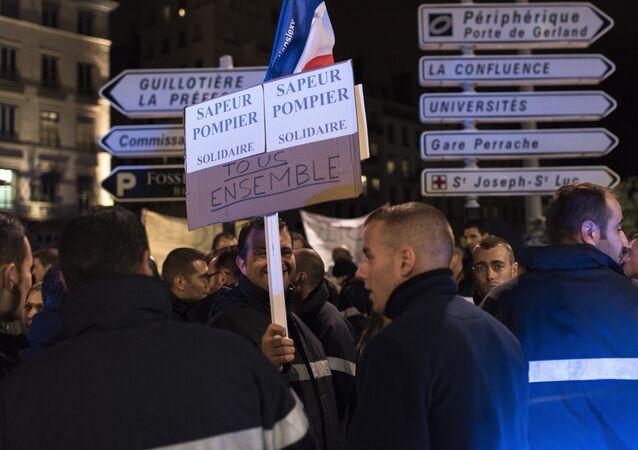 Les pompiers soutiennent les policiers à travers la France