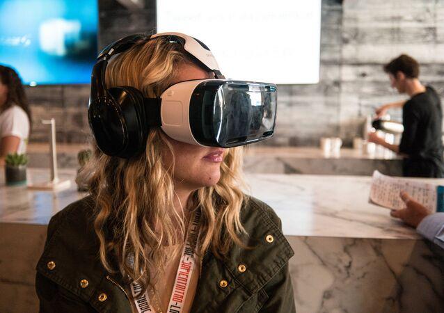 Une femme portant un casque de réalité virtuelle Samsung