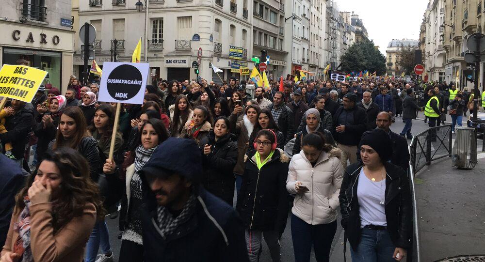 Des milliers de Kurdes manifestent à Paris