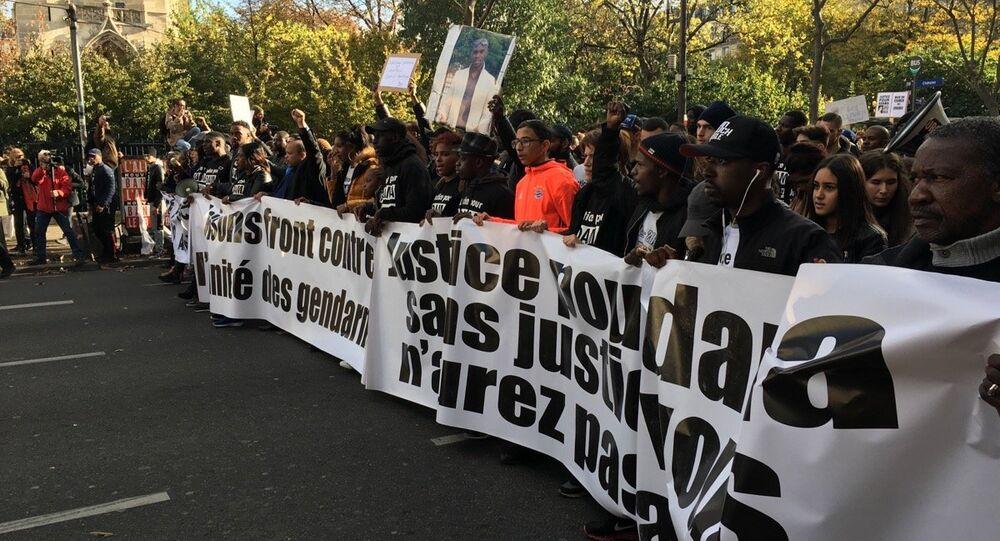 Pancartes en soutien d'Adama Traoré à Paris