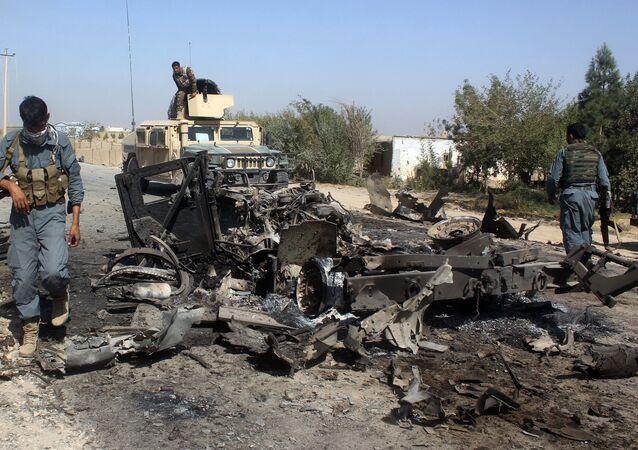 Les forces de sécurité afghanes inspectent les lieux de la frappe aérienne américaine dans la ville de Kondoz, Afghanistan