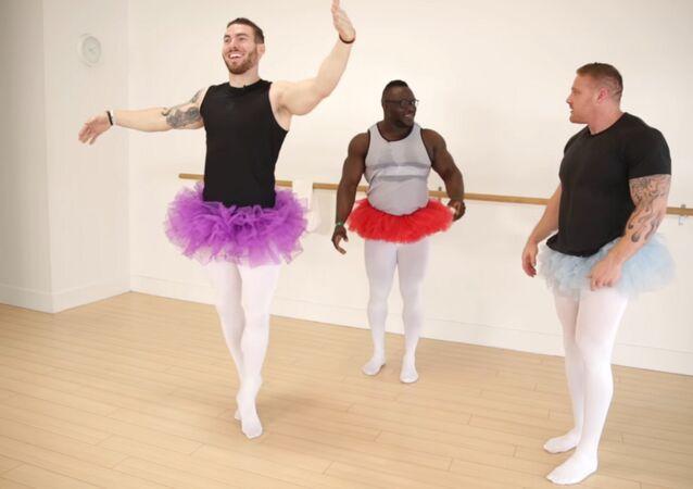 Les bodybuilders dansent le ballet