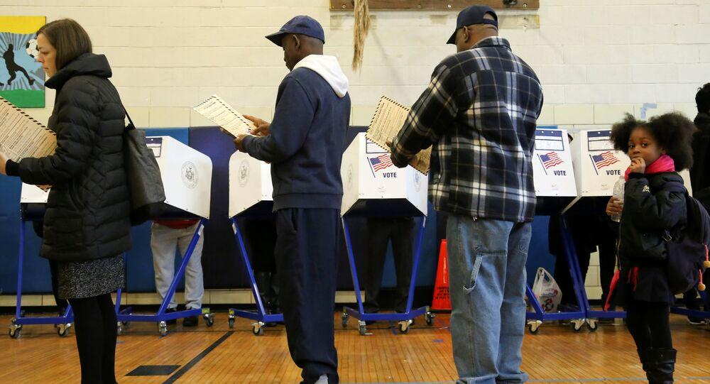 Les électeurs font lq queue avec leurs bulletins de vote à un bureau de vote pendant le jour de l'élection à Harlem, New York, États-Unis, le 8 novembre 2016