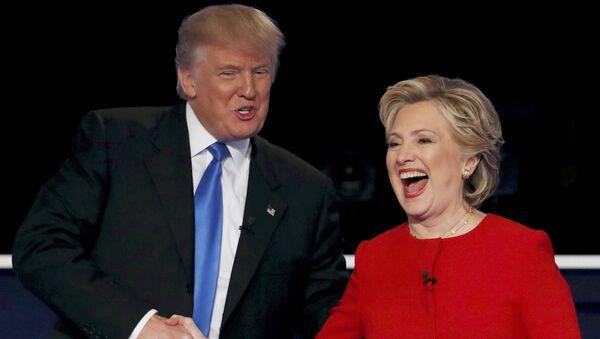 Republican U.S. presidential nominee Donald Trump shakes hands with Democratic U.S. presidential nominee Hillary Clinton - Sputnik France