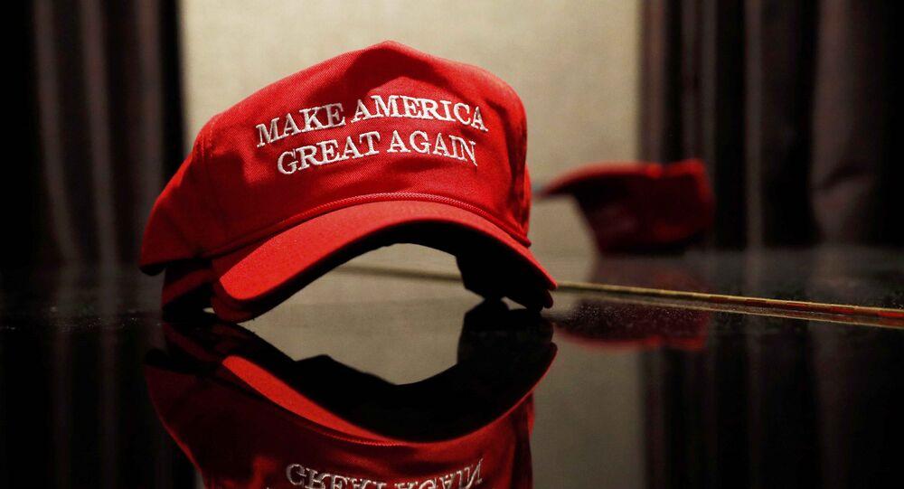 Une casquette avec le slogan de campagne de Donald Trump