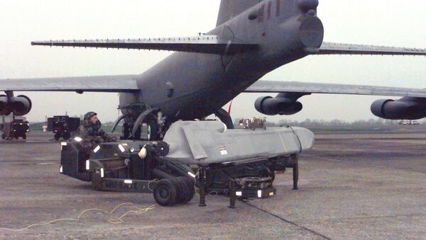 Une visite de maintenance d'un avion B-52H équipe d'un missile ALCM (archives) - Sputnik France