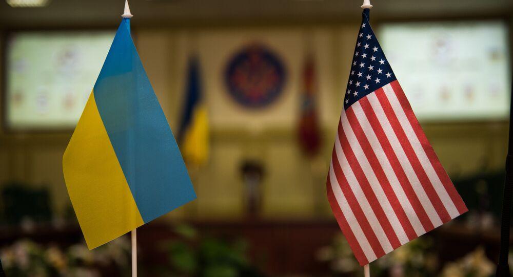 drapeaux ukrainien et américain