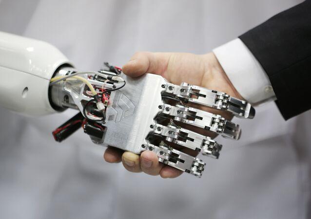 Une poignée de main entre un robot et un humain