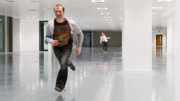 Un acteur zombie chasse un homme pendant un jeu de zombie - Sputnik France