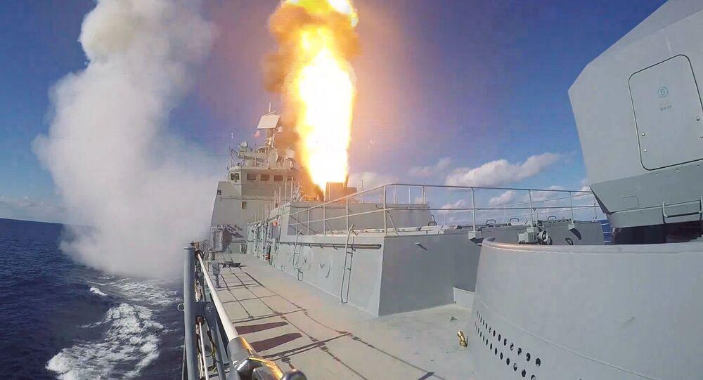Une salve tirée par la frégate russe Admiral Grigorovitch