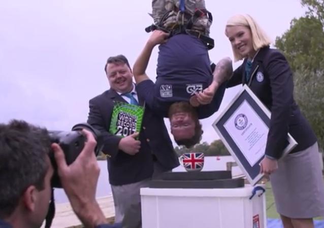 Ce Britannique établit un record en sautant d'une altitude de 70 mètres pour plonger un biscuit dans une tasse de thé
