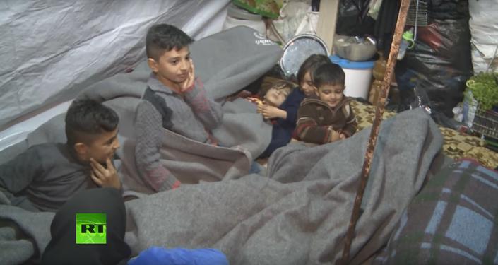 Dans un Alep froid et automnal, où le mercure atteint à peine 12 degrés, des centaines de réfugiés dorment en pleine rue sur des couvertures pliées.