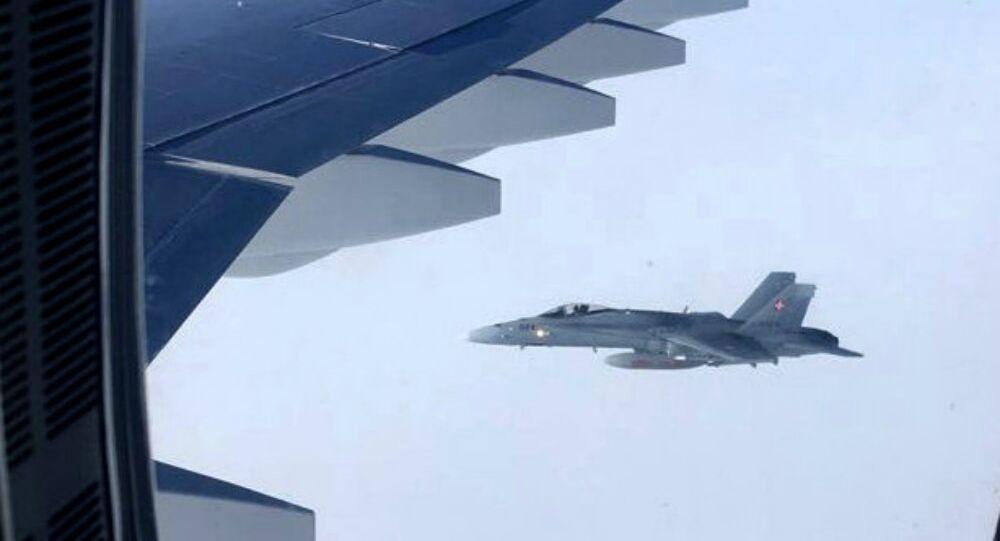 Dos cazas F-18 suizos se aproximan al avión gubernamental de Rusia