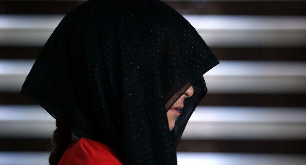 Femme en voile, image d'illustration