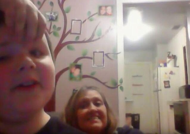 Il remercie sa mamie et devient une star sur YouTube
