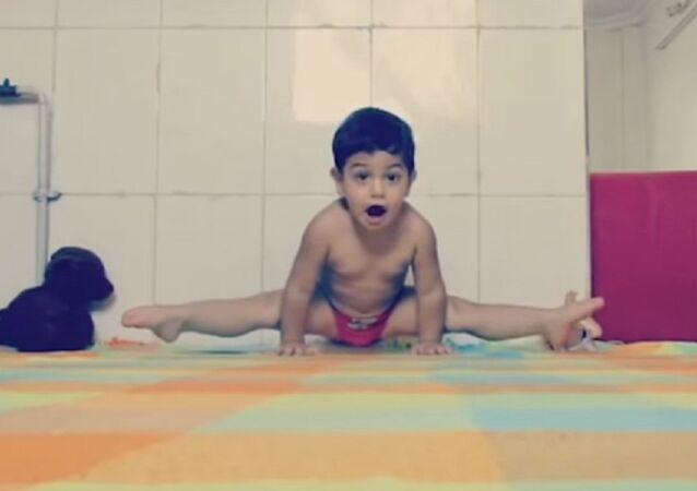 Arat Hoseini, acrobate iranien âgé de trois ans