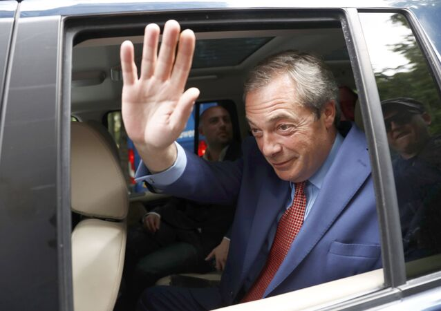 Nigel Farage, ancien dirigeant du Parti de l'indépendance du Royaume-Uni (UKIP), se précipite à la suite du vote référendaire de l'UE, au centre de Londres, en Grande-Bretagne, le 24 juin 2016.
