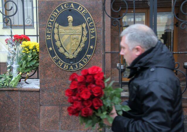 Les Moscovites apportent des fleurs à l'ambassade cubaine suite à la mort de Fidel
