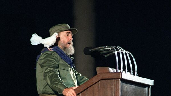 Cuban president Fidel Castro addresses Cuban youths as a dove rests on his shoulder, 08 January 1989, in Habana, during the celebrations marking the 30th anniversary of the cuban revolution - Sputnik France