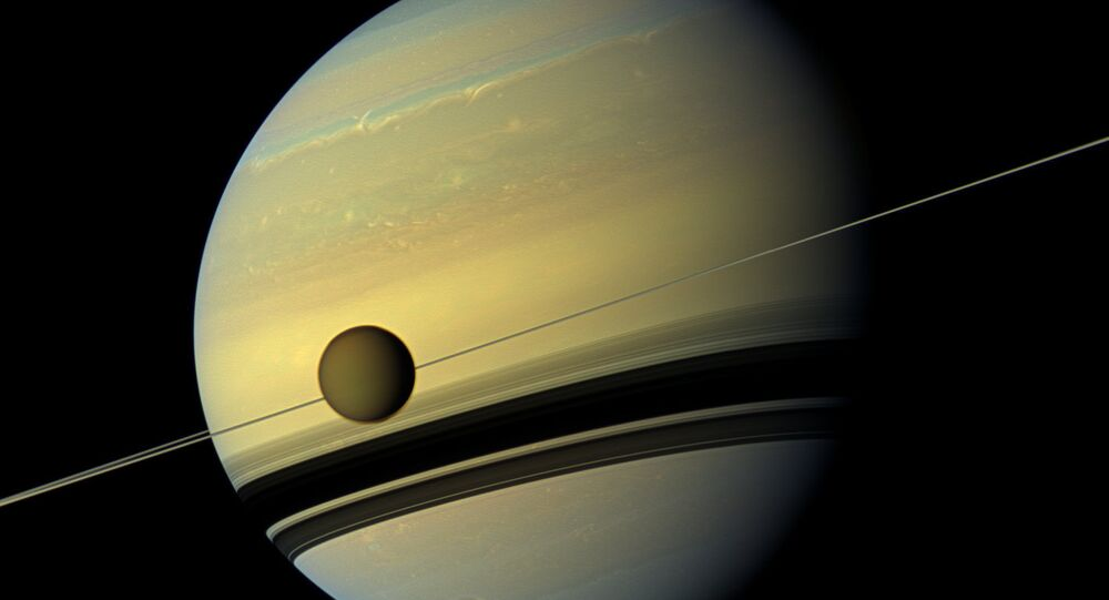 La première photo en couleur du vortex géant de Saturne