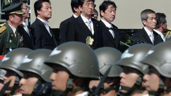 Le Premier ministre japonais Shinzo Abe inspecte les troupes de la force d'autodéfense du Japon - Sputnik France