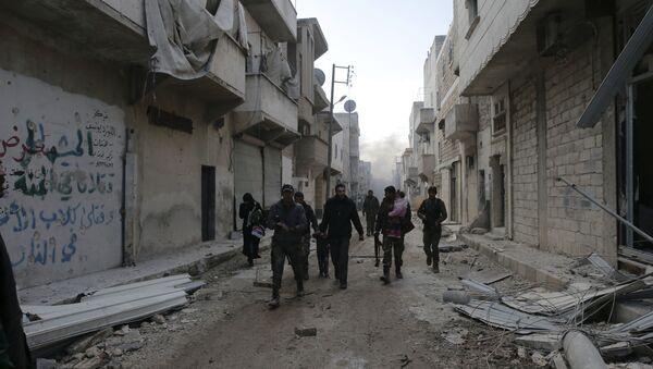 Les soldats syriens aident les civils à quitter les quartiers dans l'est dAlep contrôlés par les terroristes - Sputnik France