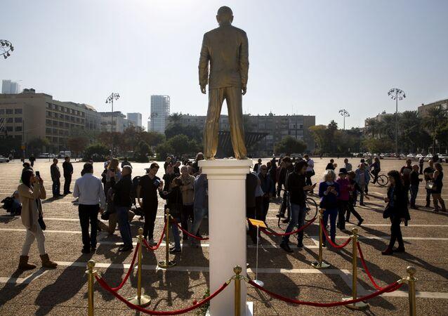 une statue dorée de Netanyahu à Tel-Aviv