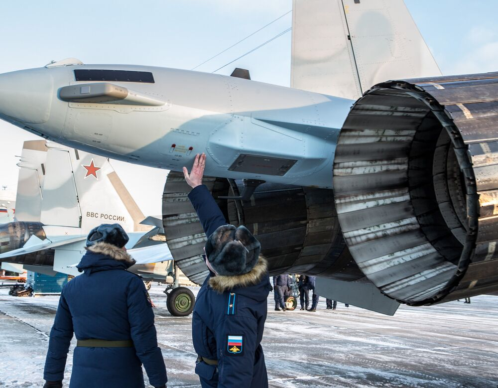 Des pilotes militaires inspectent de nouveaux avions. La cérémonie de remise des Su-35 s'est déroulée sur l'aérodrome Besovets en Carélie.