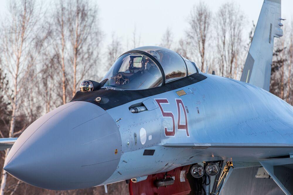 Un chasseur Su-35 sur l'aérodrome Besovets en Carélie.
