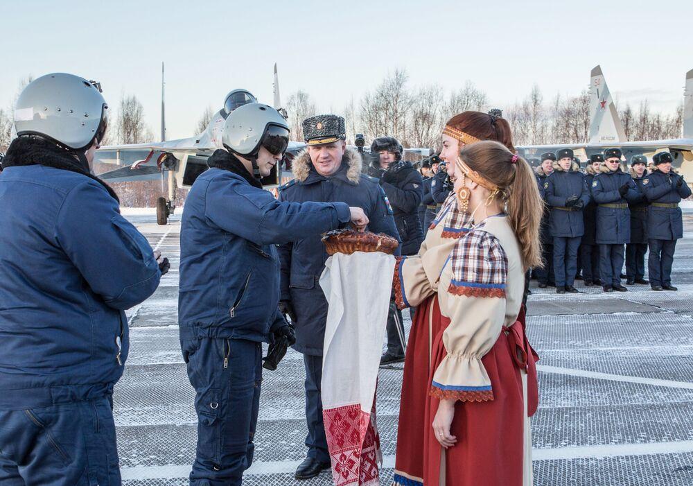 La cérémonie solennelle de la remise d'avions Su-35 en Carélie.
