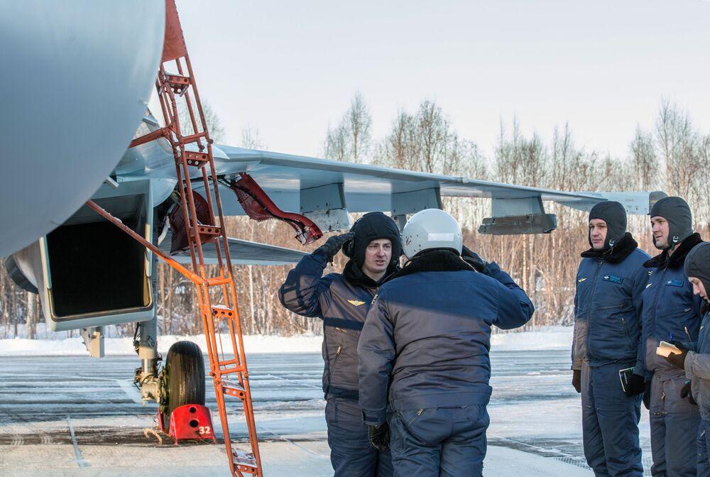 La cérémonie de la remise des avions sur l'aérodrome Besovets en Carélie.